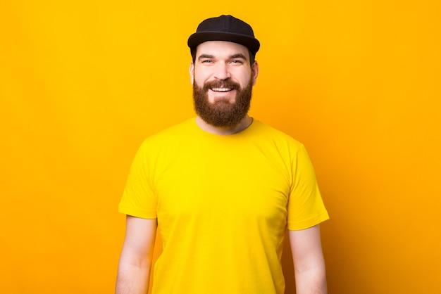 Retrato, de, sonriente, hombre barbudo, en, amarillo