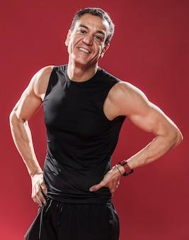 Retrato sonriente hombre deportivo