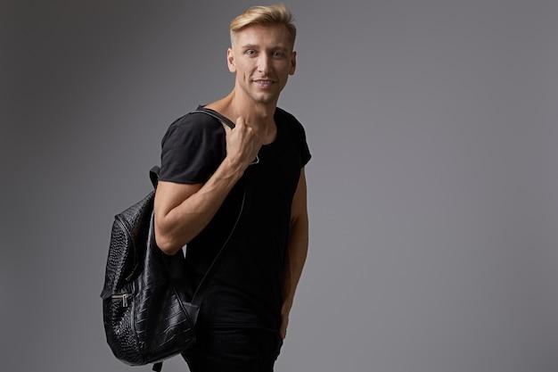 Retrato sonriente hombre joven con mochila