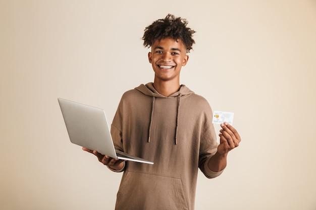 Retrato, de, un, sonriente, joven, afroamericano, hombre