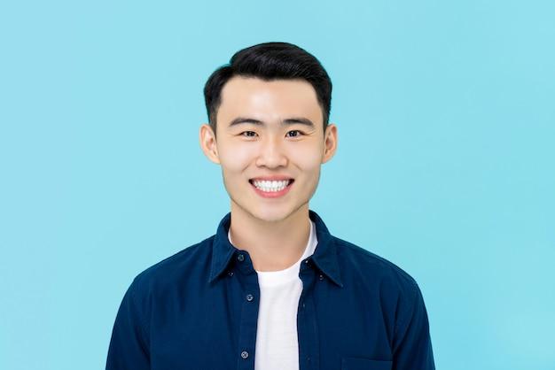 Retrato de sonriente joven asiática en ropa casual simple