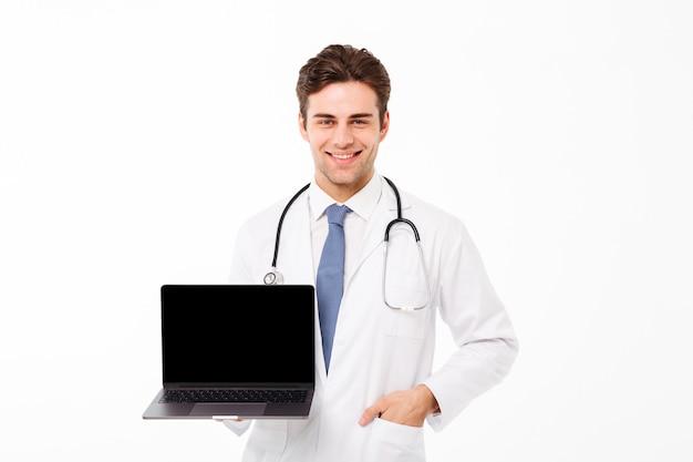 Retrato de un sonriente joven médico masculino con estetoscopio