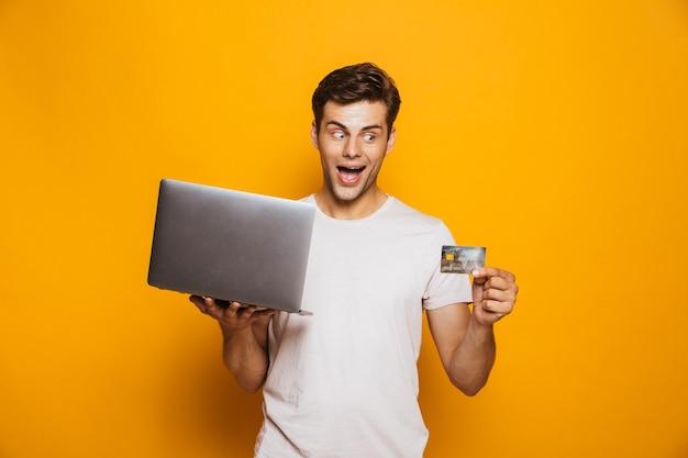 Retrato, de, un, sonriente, joven, tenencia, computadora de computadora portátil