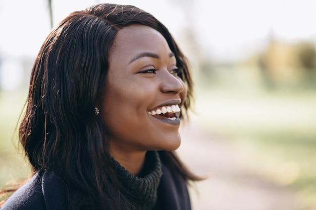 Retrato sonriente mujer afroamericana