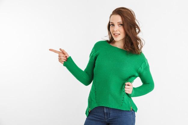 Retrato, de, un, sonriente, mujer joven, señalar con el dedo, lejos