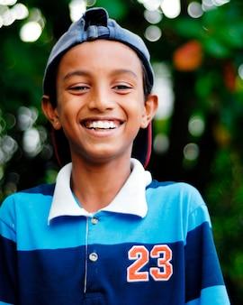 Retrato, de, sonriente, niño malasio