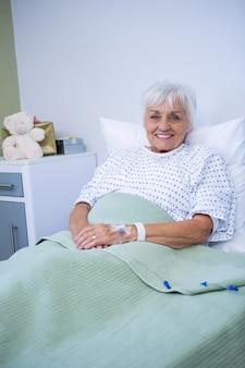 Retrato, de, sonriente, paciente mayor, en cama