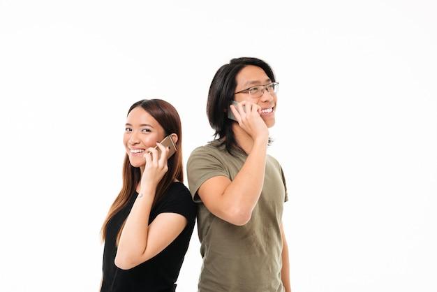 Retrato de una sonriente pareja asiática feliz hablando