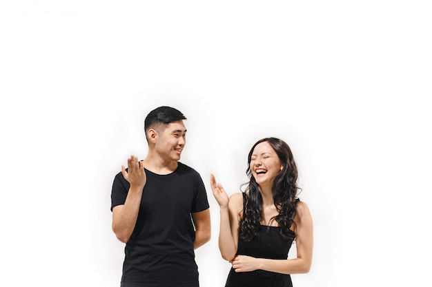 Retrato de la sonriente pareja coreana aislado en blanco
