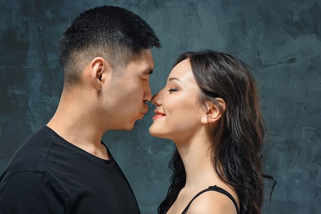 Retrato de la sonriente pareja coreana