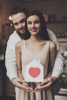Retrato sonriente pareja enamorada de pie abrazando