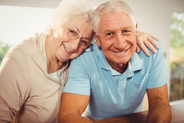 Retrato de la sonriente pareja senior en casa