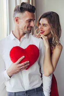 Retrato de una sonriente pareja vestida elegante amorosa