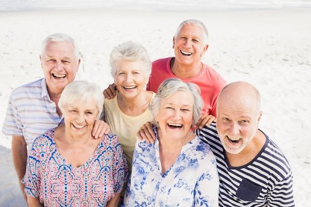Retrato de sonrientes amigos mayores