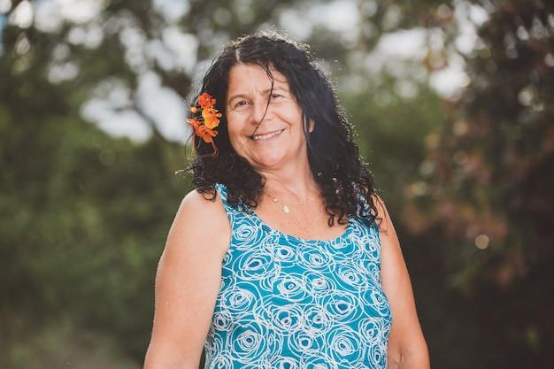 Retrato de la sonrisa hermosa edad media. maduro. granjera mayor. mujer en la granja en día de verano. actividad de jardinería. mujer brasileña