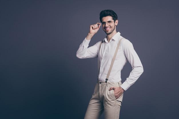 Retrato de su agradable, atractivo, profesional, elegante, alegre, alegre, morena, hombre, empresa, propietario, agente, corredor, tocar, especificaciones, posar