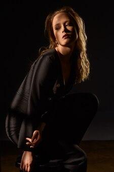 Retrato surrealista retrato dramático de una niña en la oscuridad. chica sexy de moda.