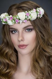 Retrato de tierna belleza de novia con corona de flores en el cabello