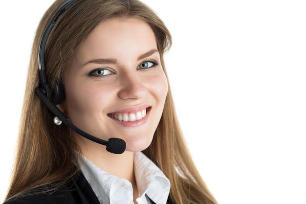 Retrato de trabajador de centro de llamadas hermosa joven hablando con alguien. operador de soporte al cliente sonriente en el trabajo. concepto de ayuda y soporte.
