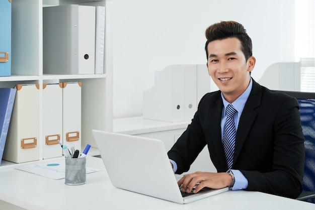 Retrato de trabajador de cuello blanco asiático