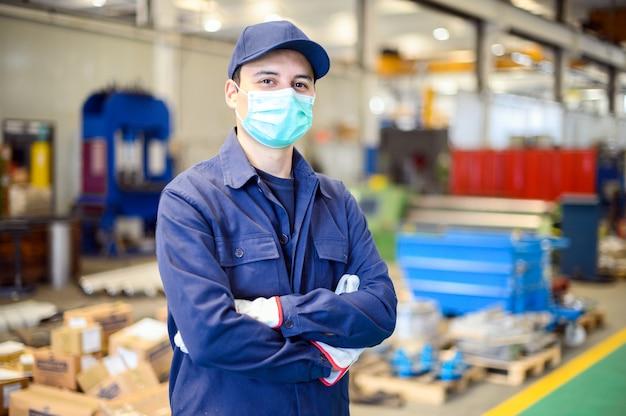 Retrato de un trabajador en una planta industrial con una máscara, concepto de coronavirus