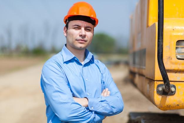 Retrato de trabajador en un sitio de construcción