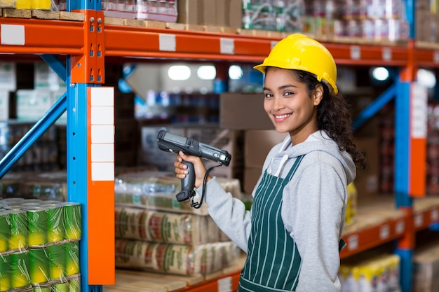 Retrato de trabajadora de almacén con escáner de código de barras