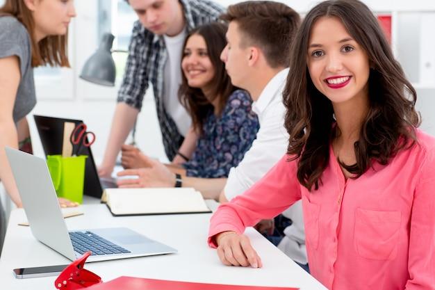 Retrato de trabajo en equipo de mujer para diseño de estilo de vida