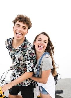 Retrato de travesura pareja de pie con bicicleta burlas