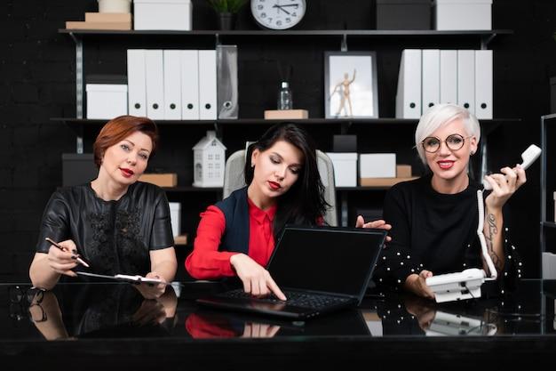 Retrato de tres mujeres de negocios en el trabajo en la oficina con estilo
