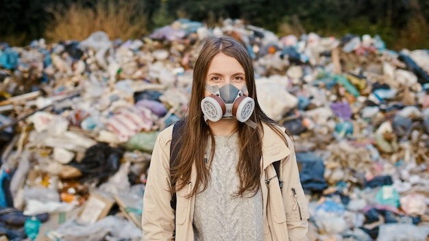 Retrato, de, triste, mujer joven, en, máscara de gas, posición, en, tóxico, humo
