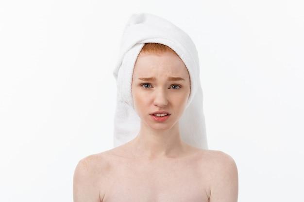 Retrato triste mujer joven seria con expresión facial decepcionada
