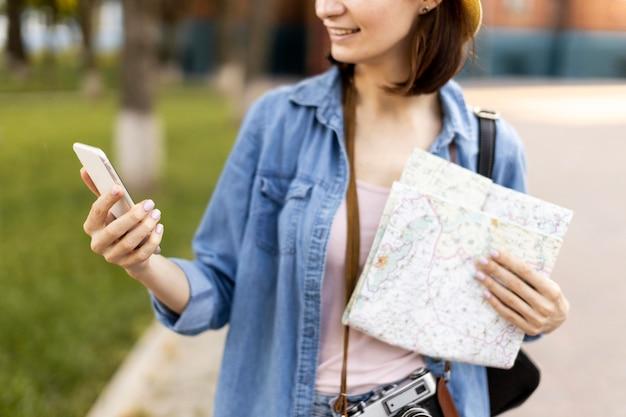 Retrato de turista elegante comprobación de teléfono móvil