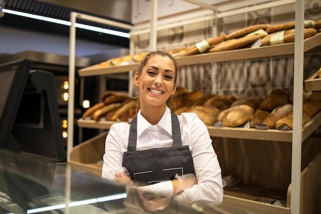 Retrato de vendedor de panadería en el supermercado
