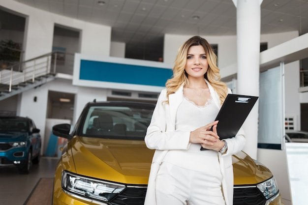 Retrato de vendedora en concesionario de automóviles.