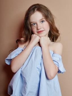 Retrato de verano de una alegre niña positiva