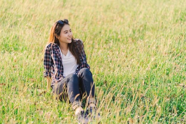 Retrato de los viajeros asiáticos felices jovenes de la mujer
