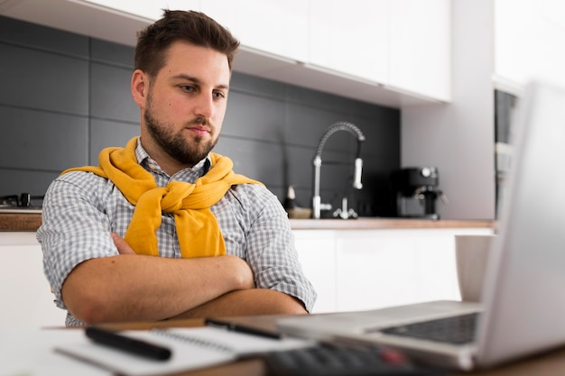 Retrato de videoconferencia masculina casual