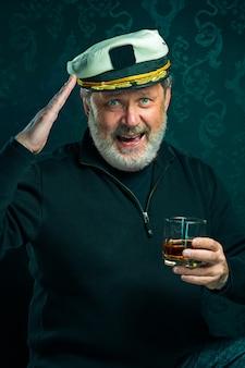 Retrato del viejo capitán o marinero en suéter negro