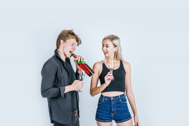 Retrato de vino bebiendo pareja joven feliz
