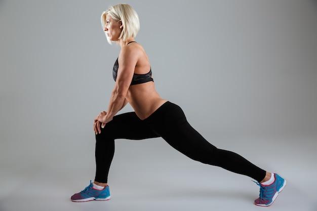 Retrato de vista lateral de una fuerte atleta femenina adulta