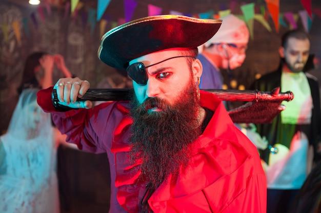Retrato de vista lateral de hombre guapo con barba en un traje de pirata en la celebración de halloween. hombre atractivo disfrazado de pirata.