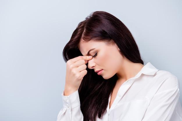 Retrato de vista lateral del joven trabajador enfermo con dolor de cabeza