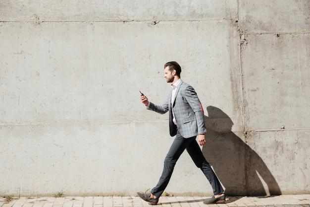 Retrato de vista lateral de longitud completa de un hombre con chaqueta