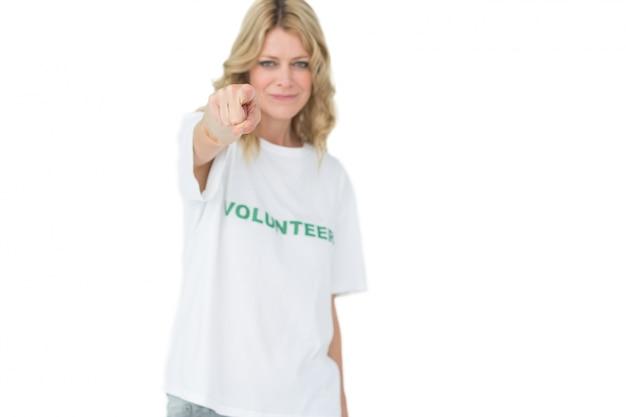 Retrato de una voluntaria mujer feliz apuntando a usted