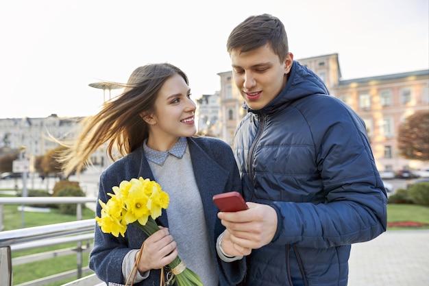 Retratos al aire libre de hermosa pareja romántica