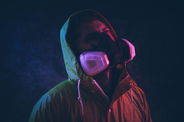 Retratos artísticos con hombre con máscara de seguridad.