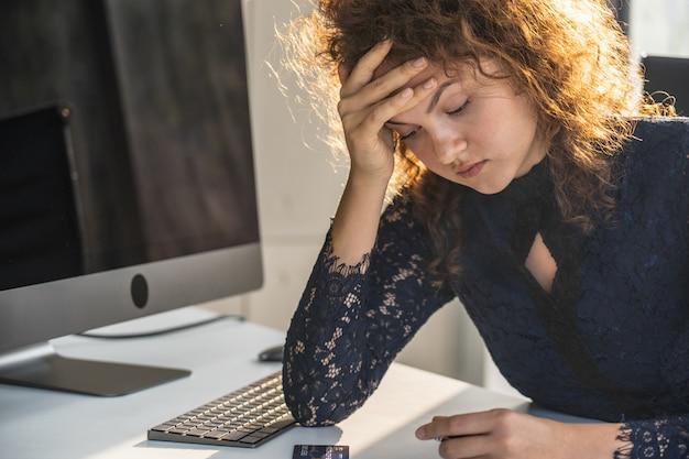 Retratos de bella mujer estresada desde el trabajo.
