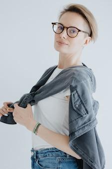 Retratos de una elegante mujer europea con gafas en una habitación luminosa una psicóloga confiada