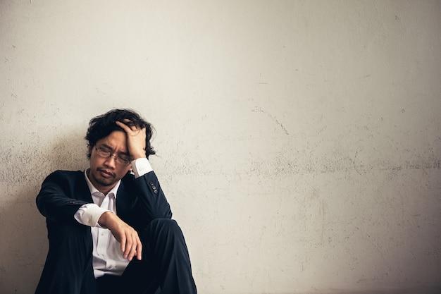 Retratos del empresario asiático estresados desde el trabajo